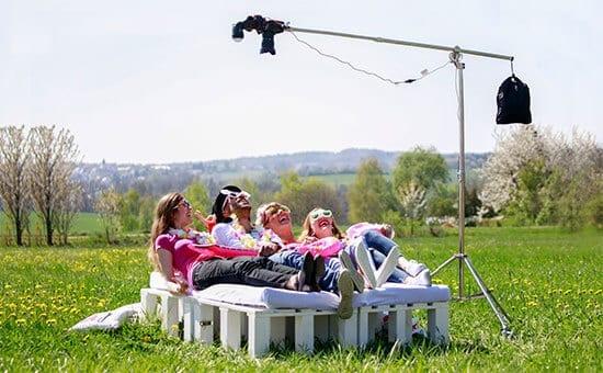 fotobox-fotobett-auf-wiese-freunde-haben-spass-uebersichtsfoto